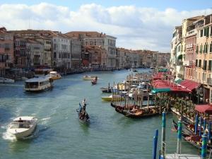 Překrásný pohled na jeden z kanálů v Benátkách / Itálie